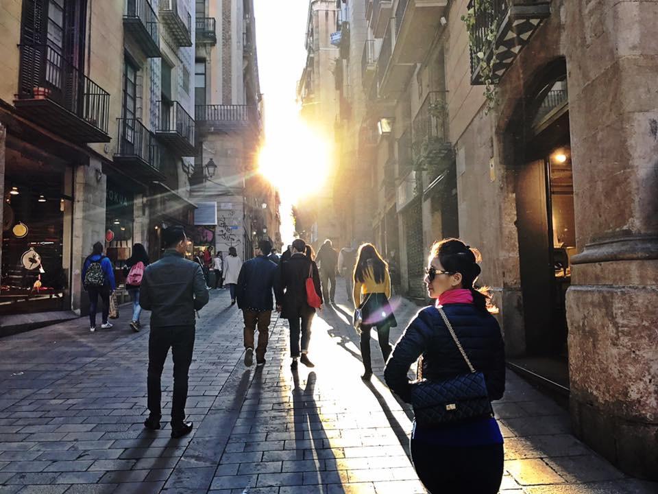 3-days-in-barcelona-gothic-quarter-sunset